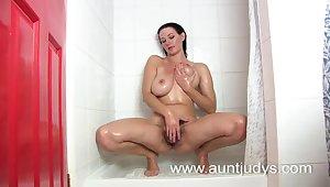 Bubble butt big breasted MILF Vanessa masturbates
