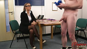 CFNM slut apropos glasses watches a ladies' stroke his flannel - Beth Bennett