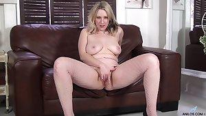 Shaved pussy MILF Mel Harper enjoys pleasuring her cravings